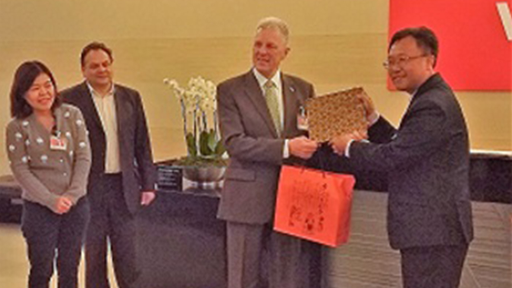 Robert Oates exchanges gifts with Mr Mao-Hsui WEI